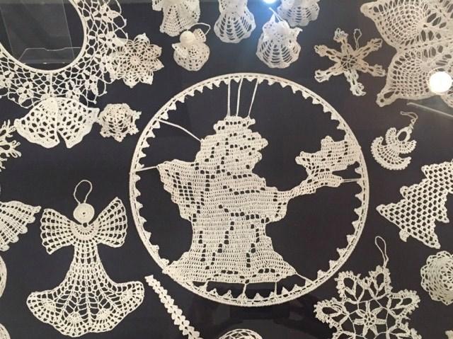 Wystawa ozdób bożonarodzeniowych obejmuje ozdoby haftowane w technice płaskiej, jak i przestrzennej