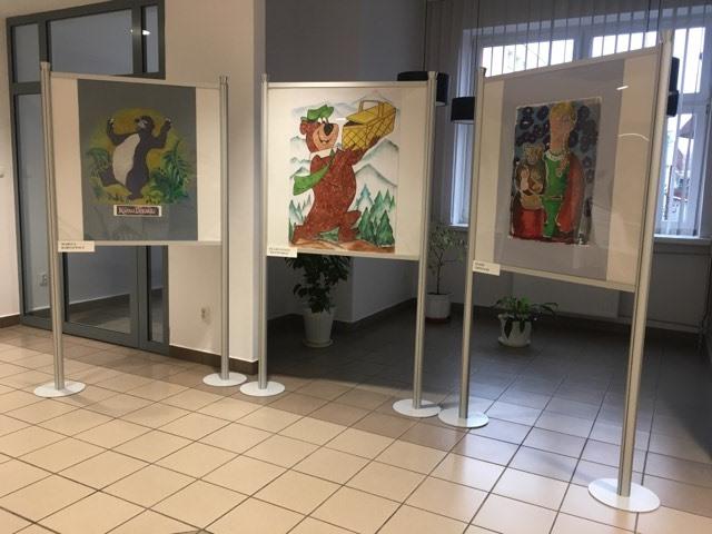 """""""Portrety Misiów"""" - prace plastyczne w różnych technikach – od akwareli, collage'u, flamastrów, po grafikę uzupełnioną pastelą olejną."""